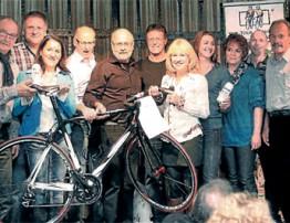Linzer übergaben 5.050 Euro an die VOR-TOUR der Hoffnung