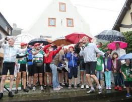 Die Gülser St.-Hubertus-Schützen feuerten einen dreifachen Salut, als rund 110 Radfahrer der Vor-Tour der Hoffnung auf dem Festplatz einbogen.