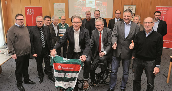 In der Kreissparkasse Ahrweiler kamen Organisatoren sowie Bürgermeister, Ortsvorsteher, Sponsoren und andere Unterstützer zusammen. Foto: FotoFIX