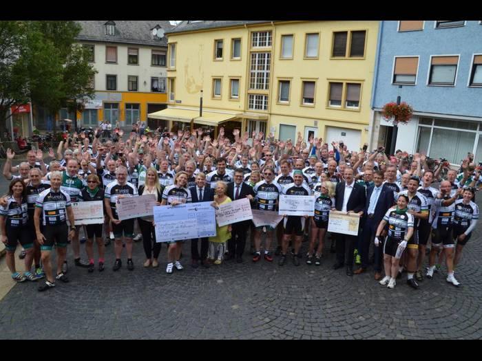 Die Vor-Tour der Hoffnung legte in Bingen ein Stopp ein um Spenden für krebskranke Kinder entgegen zu nehmen.