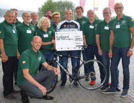 Die Hunsrücker Kümmerer der Vor-Tour der Hoffnung nahmen zusammen mit Vor-Tour-Cheforganisator Jürgen Grünwald sowie prominenten ehemaligen Spitzensportlern, unter ihnen Mittelstreckenläuferin Ellen Wessinghage und Zehnkämpfer Guido Kratschmer, einen Scheck von Peter Sander entgegen.