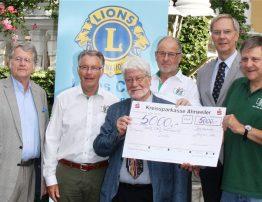 Der Lions Club Bad neuenahr-Ahrweiler übergibt eine Spende von 5.000 Euro an Jürgen Grünwald von der VOR-TOUR der Hoffnung
