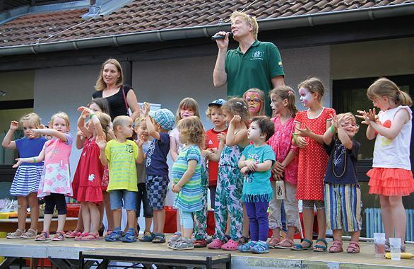 """Chris Bennett singt sein selbstkomponiertes Lied für die VOR-TOUR der Hoffnung, """"Für alle Kinder dieser Welt""""."""