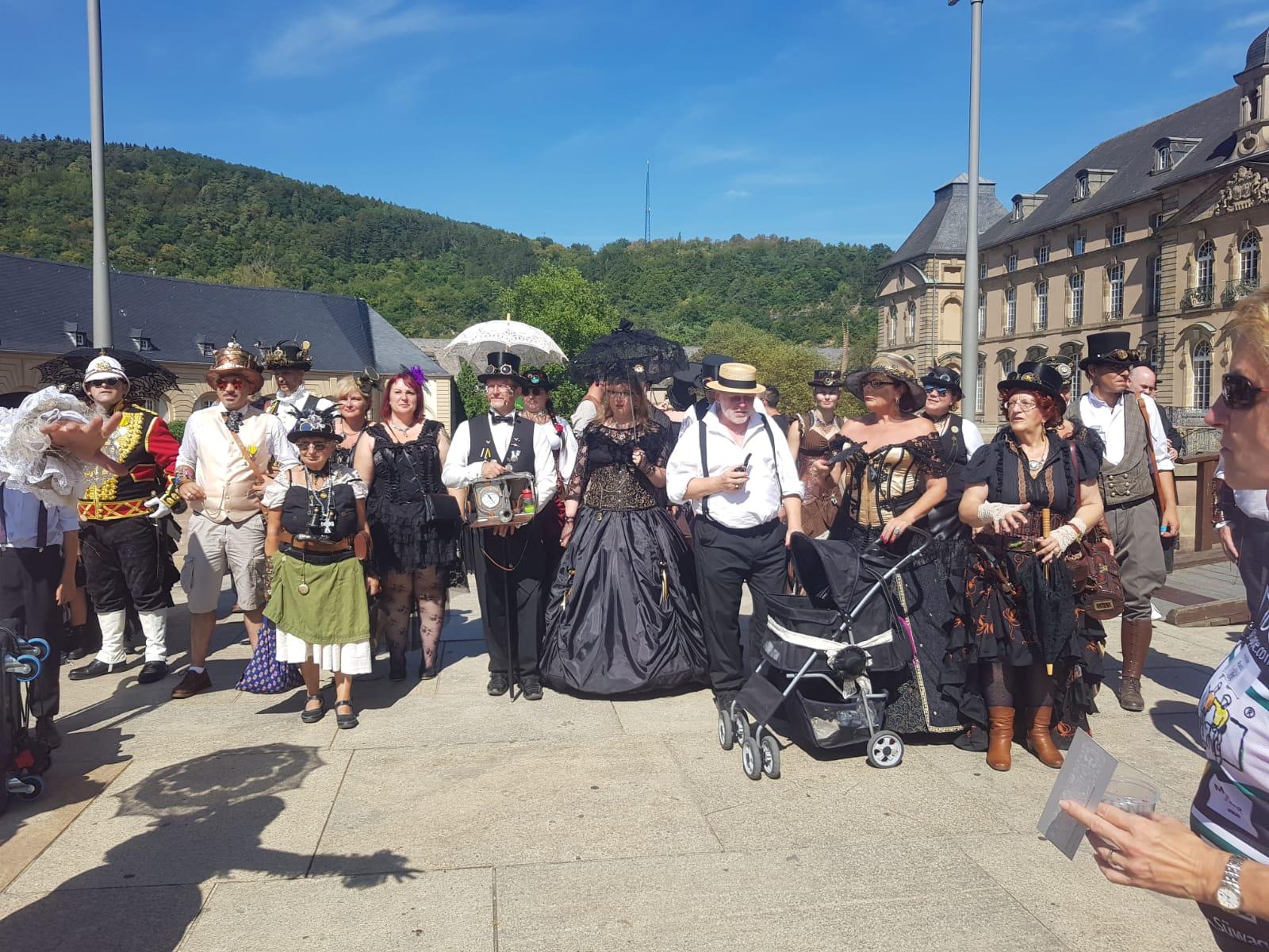 Teilnehmer der Steampunk Convention in Echternach begrüssen die VOR-TOUR der Hoffnung