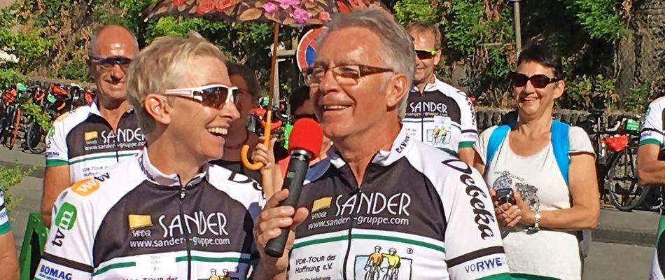 Seit 1996 organisiert Jürgen Grünwald die Vor-Tour der Hoffnung. Waren es anfangs 2300 Euro, die er zugunsten krebskranker Kinder gesammelt hat, waren es 2017 fast 600 000 Euro. Und in diesem Jahr wird es noch mehr. Viele Prominente, wie die neunmalige Biathlon-Weltmeisterin Petra Behle, helfen mit. FOTO: Mario Hübner