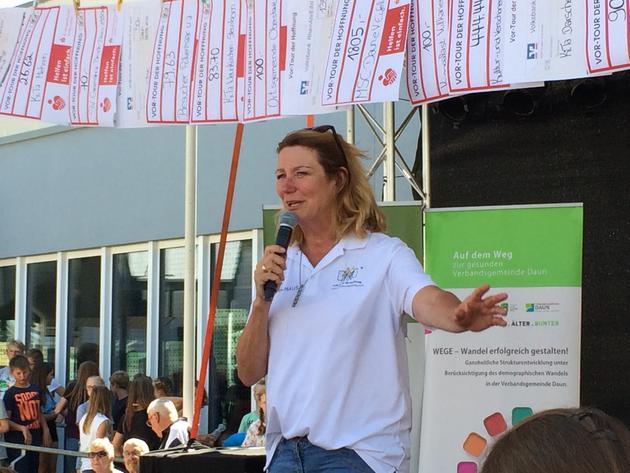 SWR-Moderatorin Heike Boomgaarden strahlte, angesichts des Spendenaufkommens, mit den Tour-Teilnehmern um die Wette. Foto: Koch