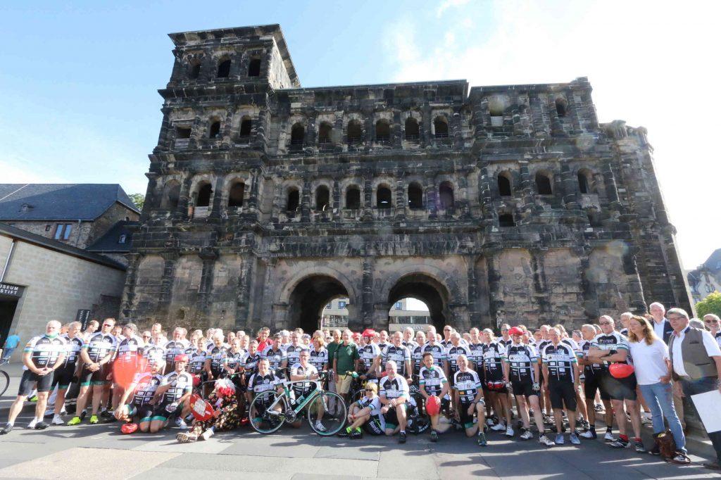 150 Teilnehmer der diesjährigen VOR-Tour der Hoffnung beim Start an der Porta Nigra in Trier